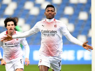 Rafael Leao celebra un gol con el Milan