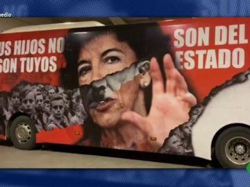 """Un autobús compara a Celáa con Hitler en la manifestación contra la ley educativa: """"Tus hijos no son tuyos, son del Estado"""""""