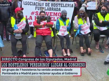 Un grupo de hosteleros gallegos frente al Congreso de los Diputados