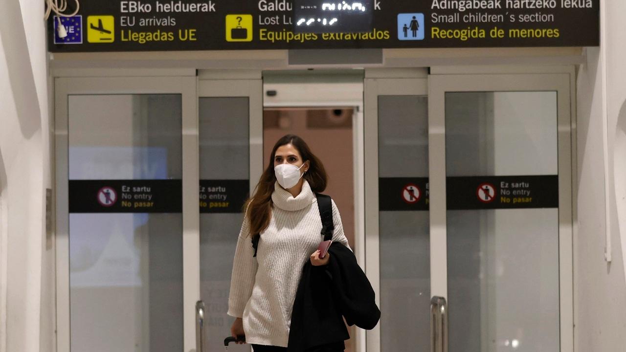 Una viajera llega al aeropuerto de Bilbao procedentes del último vuelo de Londres