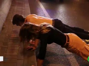 Dos jóvenes se ponen a hacer flexiones en un control de tráfico para bajar la tasa de alcohol en sangre