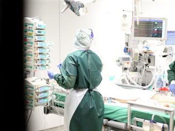 Médicos alemanes tratan a un paciente