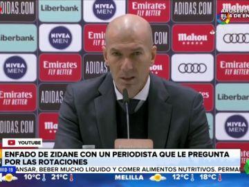 """El enfado de Zidane con un periodista que le pregunta sobre las rotaciones: """"Tú preguntas y yo te contesto"""""""