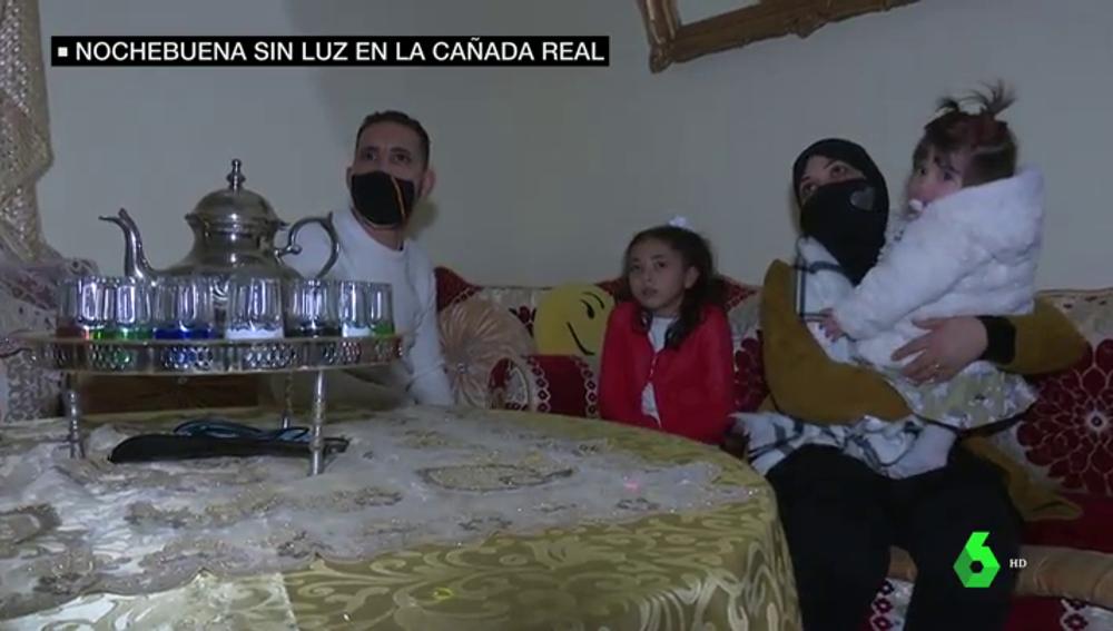 Imagen de una familia que vive sin luz en la Cañada Real