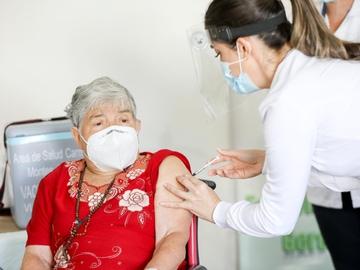 Una mujer recibe la vacuna contra el coronavirus en San José (Costa Rica)