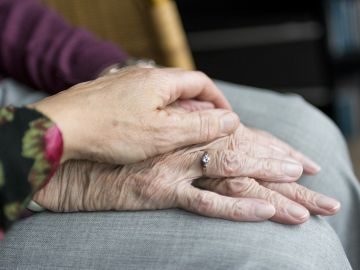 Dos personas se dan la mano