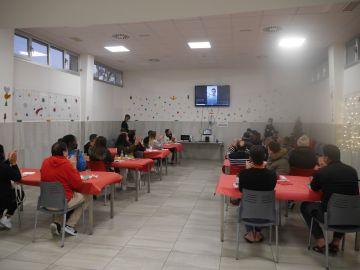 Los residentes del Centro de Acogida Temporal de San Blas escuchan el mensaje de Fede Valverde