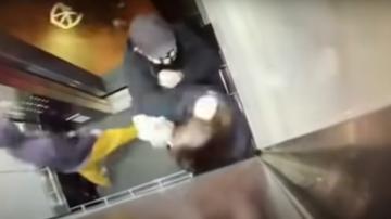 Un anciano golpea a un joven en un ascensor