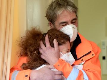 La enfermera italiana Elena Betti, emocionada tras recibir la vacuna contra la COVID-19