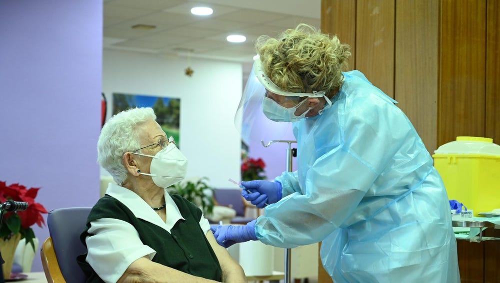Araceli, de 96 años, recibe la primera vacuna contra el coronavirus en España