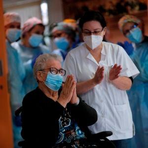 Josefa Pérez, de 89 años, primera persona en recibir la vacuna en Cataluña