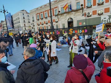 Los sanitarios reclaman más recursos para la Sanidad ante la Puerta del Sol