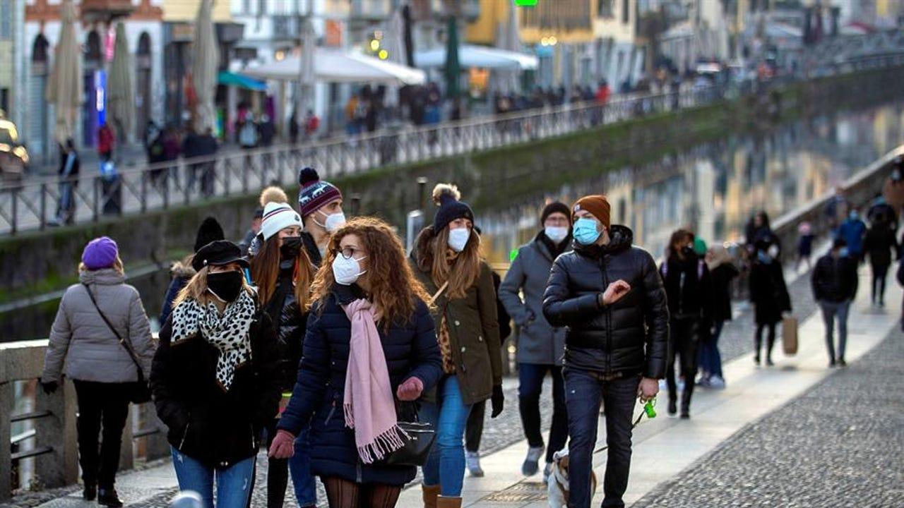 personas con mascarilla por la calle
