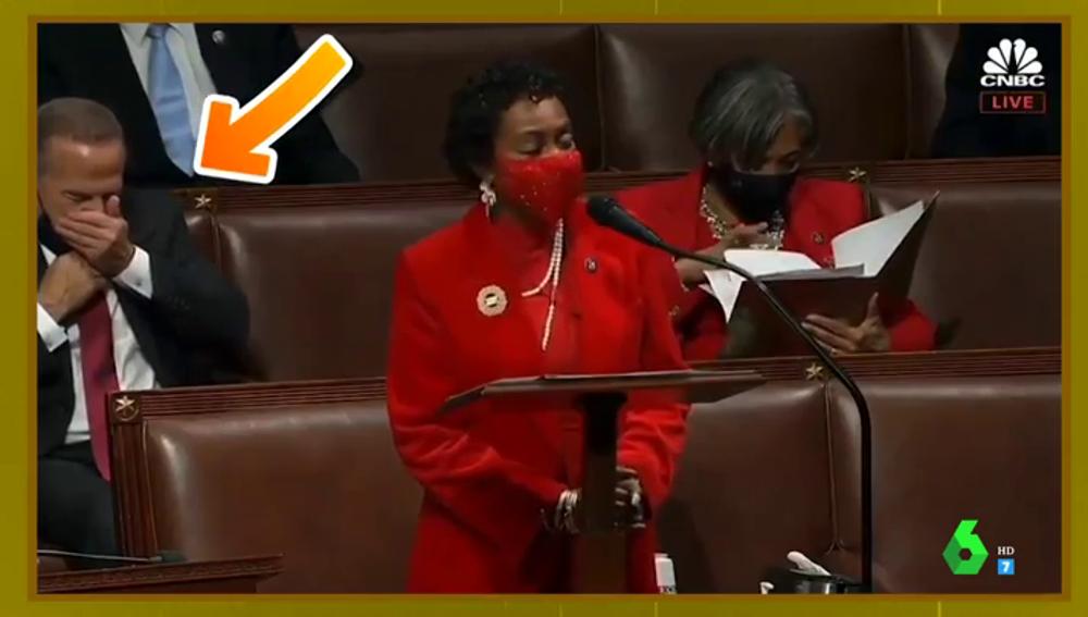 El momento viral en el que un político se quita la mascarilla para estudiar en pleno Congreso de EEUU indigna a las redes