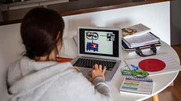 Una profesora da clases online a sus alumnos