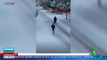 """Una señora mayor advierte a un 'runner' que corre sobre la nieve: ¡Que te vas a helar!"""""""