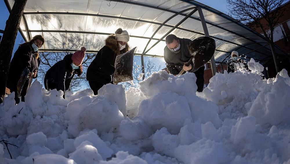Personal de limpieza y padres recogen nieve de un colegio de Colmenar Viejo