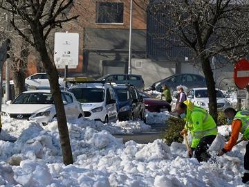 Voluntarios trabajan en la limpieza de las calles de Madrid