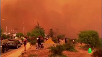 El cielo teñido de rojo en Valparaíso (Chile) por un incendio forestal