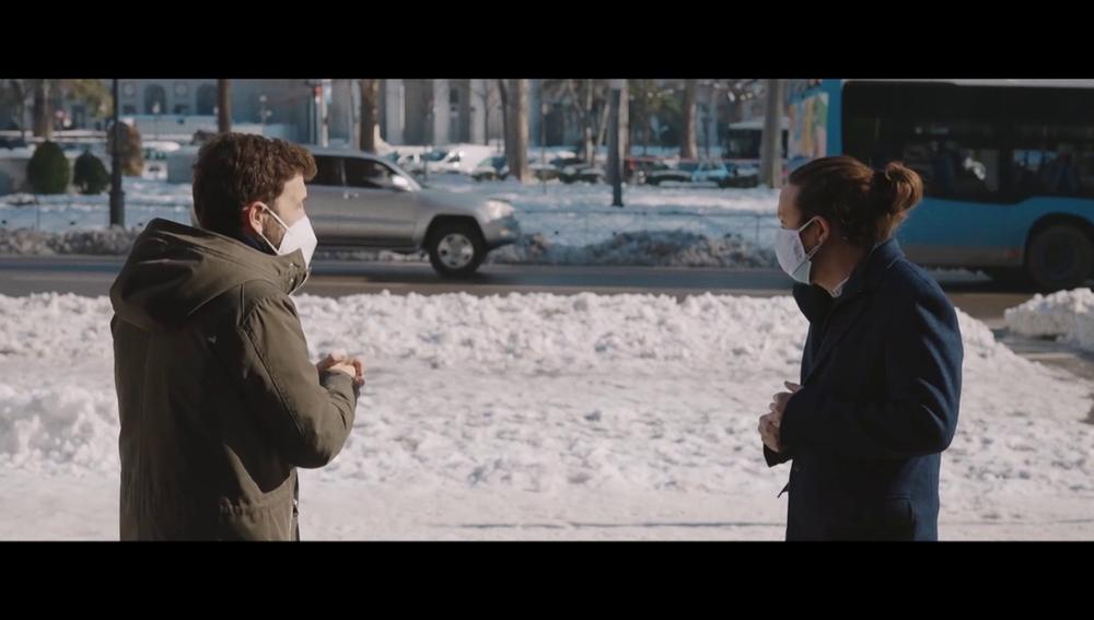 """La reacción de Pablo Iglesias cuando un hombre interrumpe su entrevista con Gonzo al grito de """"que baje la luz"""""""