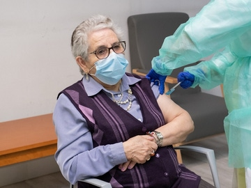 Nieves Cabo, primera española en recibir las dos dosis de la vacuna contra el coronavirus