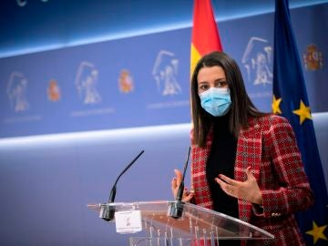 La presidenta de Ciudadanos, Inés Arrimadas, en una rueda de prensa en el Congreso