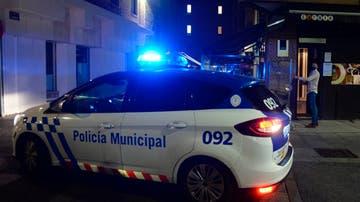 Efectivos de la Policía Municipal controlan el cierre de los bares en Valladolid
