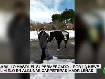 A caballo hasta el supermercado por culpa de la nieve y el hielo acumulados aun en las carreteras de Madrid