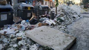 Imagen de la calle Embajadores de Madrid repleta de basura y hielo