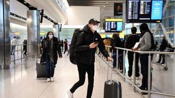Viajeros llegando a un aeropuerto de Reino Unido