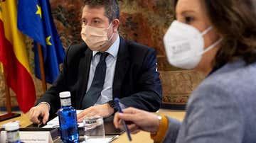 El presidente de Castilla-La Mancha, Emiliano García-Page (i), preside la reunión de seguimiento de la evolución de la pandemia del COVID-19 este lunes en Toledo.
