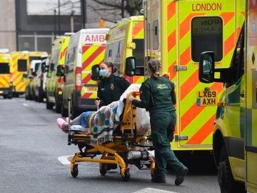 Una cola de ambulancias a las puertas de un hospital de Reino Unido