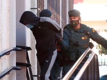 Uno de los cómplices del Melillero a su llegada hoy a los juzgados de Fuengirola (Málaga)