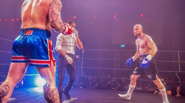 La Montaña boxeando contra Steven Ward