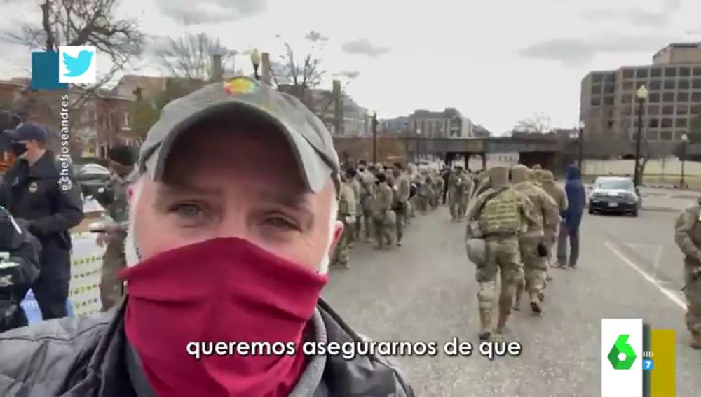 El chef José Andrés reparte alimentos entre los agentes que custodian el Capitolio ante la investidura de Biden