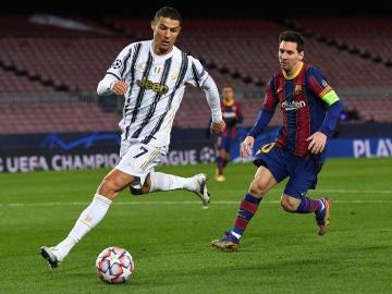Cristiano Ronaldo y Messi durante el partido de Champions