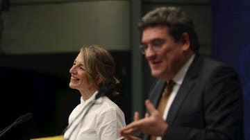 La ministra de Trabajo y Economía Social, Yolanda Díaz (i), y el ministro de Inclusión, Seguridad Social y Migraciones, José Luis Escrivá, realizan unas declaraciones una vez terminadas las votaciones de los agentes sociales para la extensión de los ERTE hasta el 31 de mayo.