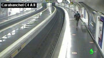 Un policía fuera de servicio salva a un viajero de ser arrollado por el metro en cuestión de segundos