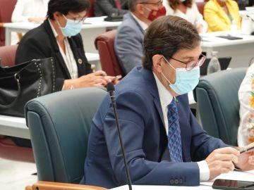 """Villegas descarta dimitir y se reafirma en su decisión de la vacuna: """"Se ha vacunado a las personas que trabajan en la pandemia"""""""
