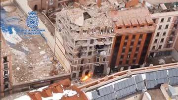 Vista aérea del edificio derrumbado por la explosión en Madrid.