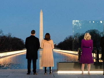 Kamala Harris junto a su marido, a la izquierda y Joe Biden junto a su mujer, a la derecha