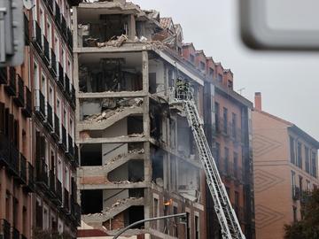 Los bomberos, cerca de una planta del edificio derrumbado en Madrid.