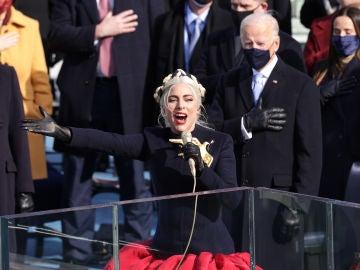 Lady Gaga canta el Himno Nacional en la toma de posesión del presidente electo de Estados Unidos, Joe Biden, frente al Capitolio de Estados Unidos, en Washington, DC.