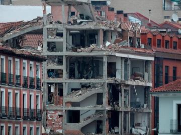 Vista de los daños ocasionados tras la explosión de gas que ha provocado el derrumbe de parte de un edificio de seis plantas en el centro de Madrid.
