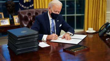 El presidente de los EEUU, Joe Biden, firma sus primeros decretos