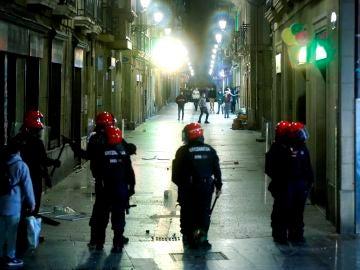 Agentes de la Ertzaintza durante los disturbios