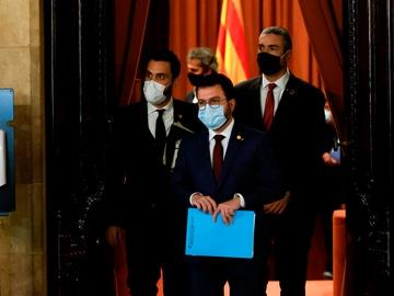 El vicepresidente de la Generalitat, Pere Aragonés, el presidente del Parlament, Roger Torrent, y el conseller de Exteriores, Bernat Solé.