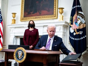 El presidente Joe Biden firma una orden ejecutiva después de hablar durante un evento sobre la respuesta Covid-19 de su administración
