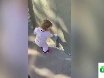El vídeo viral de una niña que cree que todo lo que ve es gel hidroalcohólico