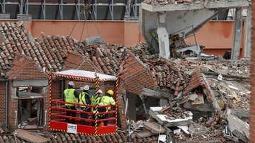 Expertos comprueban los daños ocasionados tras la explosión.